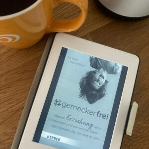 Lesen und Tee trinken