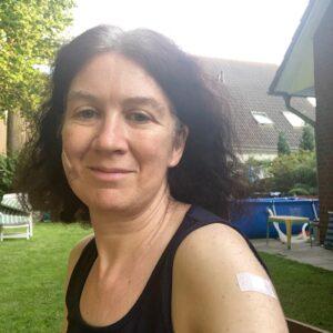 Yvonne mit Pflaster im Gesicht und am Arm