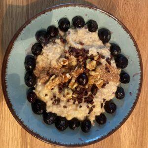 Frühstück - Hirsebrei mit Datteln, Früchten und Nüssen