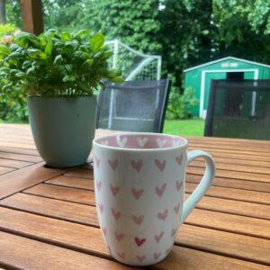 Gemütlicher Start in den Tag mit Kaffee im Garten