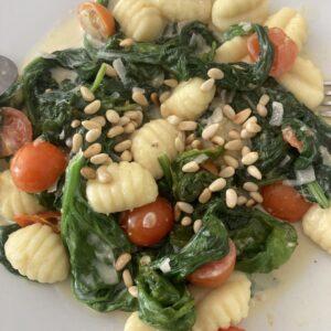 Gnocchi mit Spinat, Tomaten und Pinienkernen
